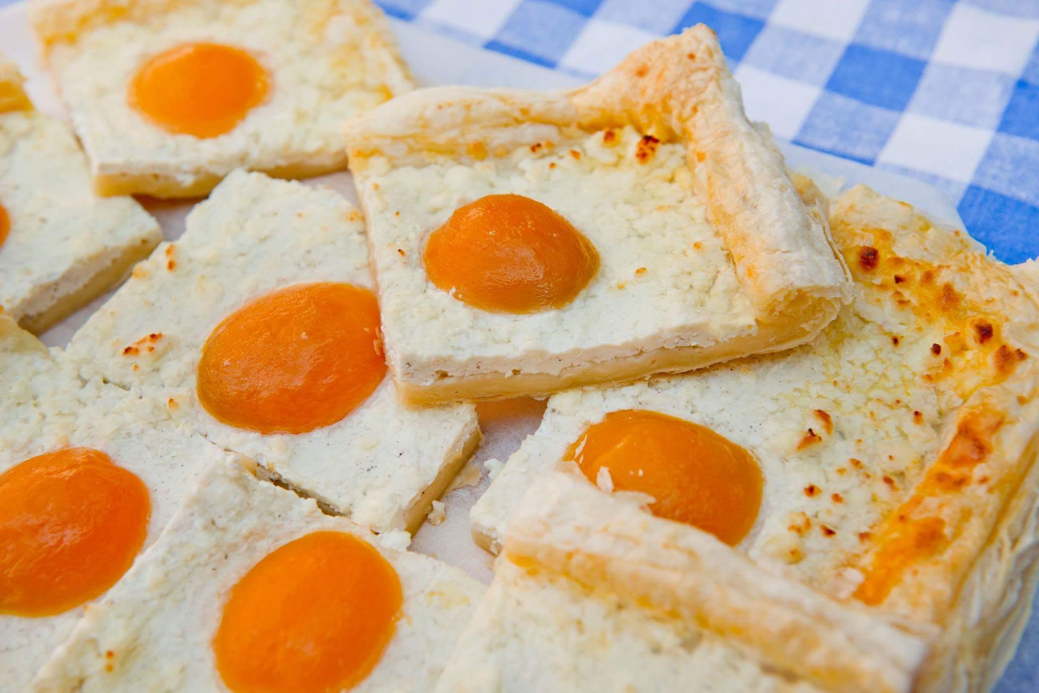 Пирог «Яичница» с творогом и абрикосами
