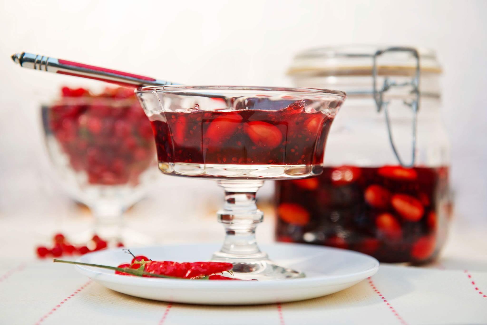 Варенье из красной смородины, перца чили и миндаля
