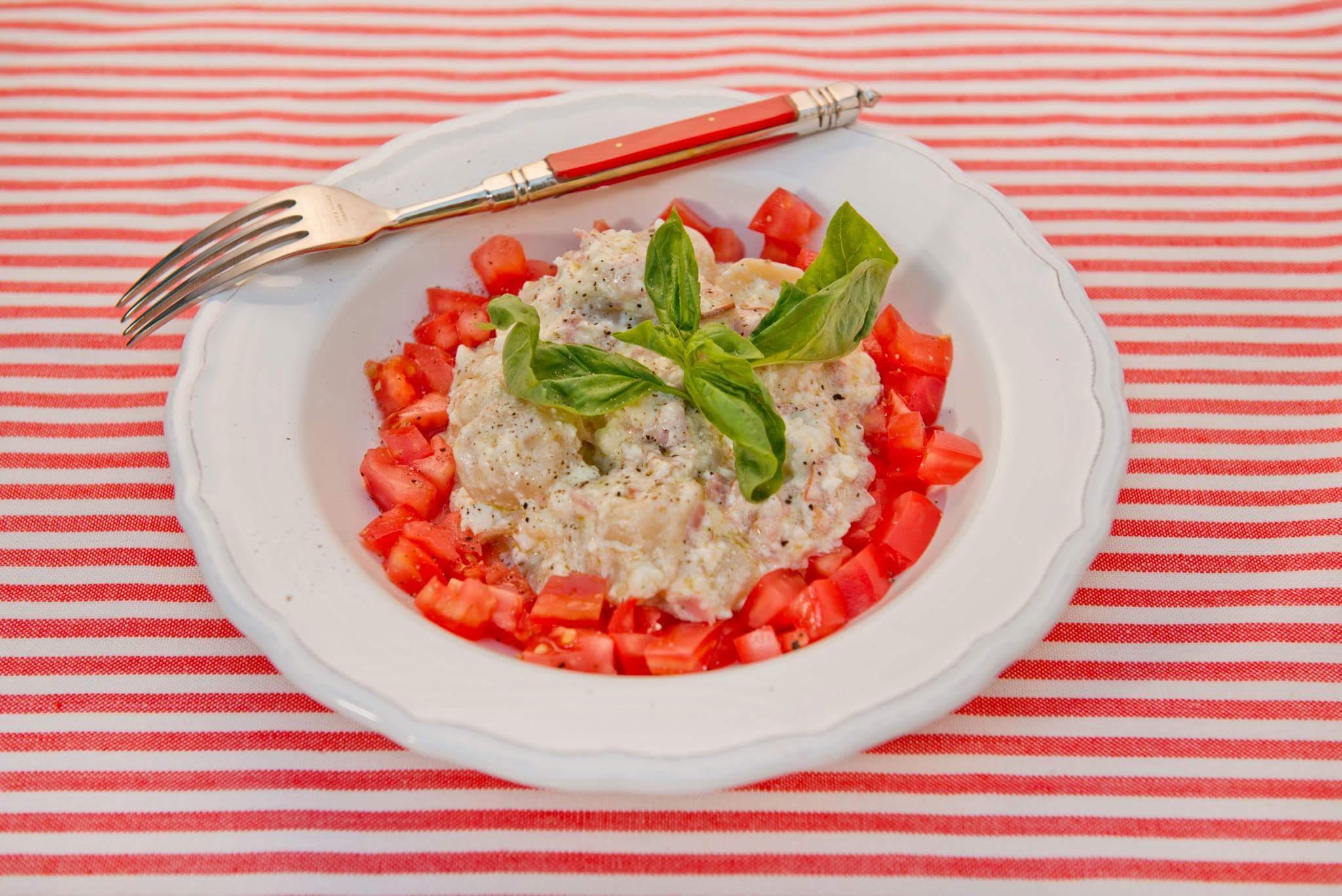 Домашние орокьетте с беконом, сметаной и помидором