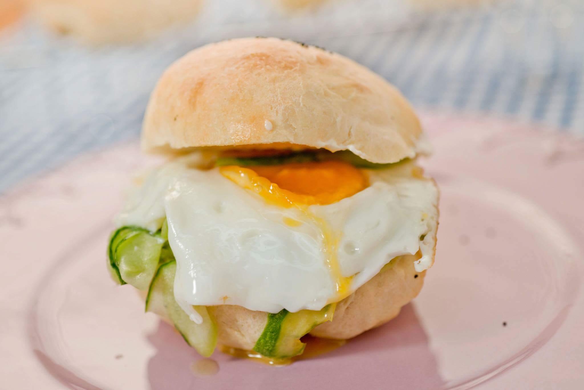 Булочки с яйцом и огурцом на завтрак