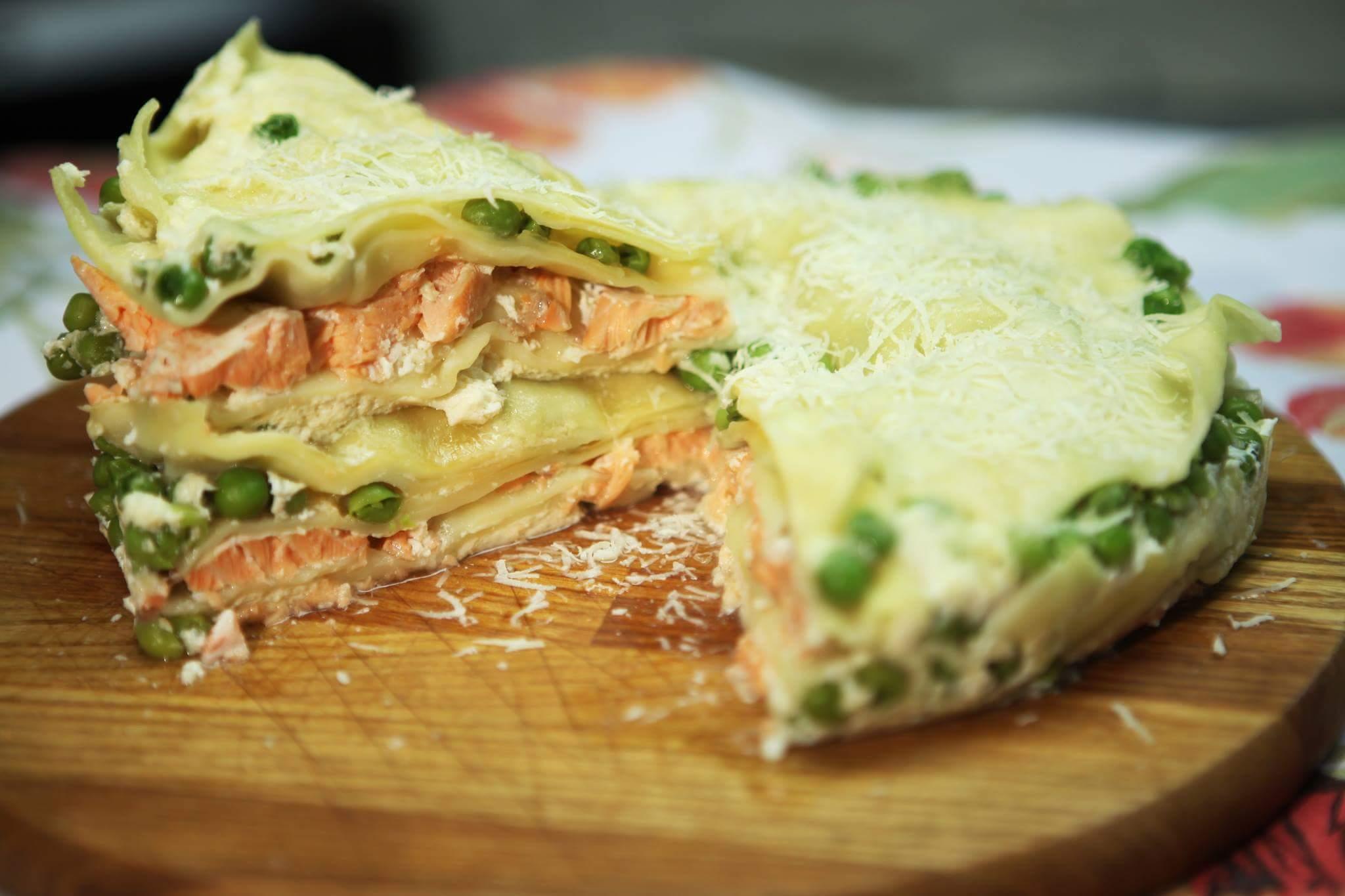 Лазанья с лососем и зеленым горошком