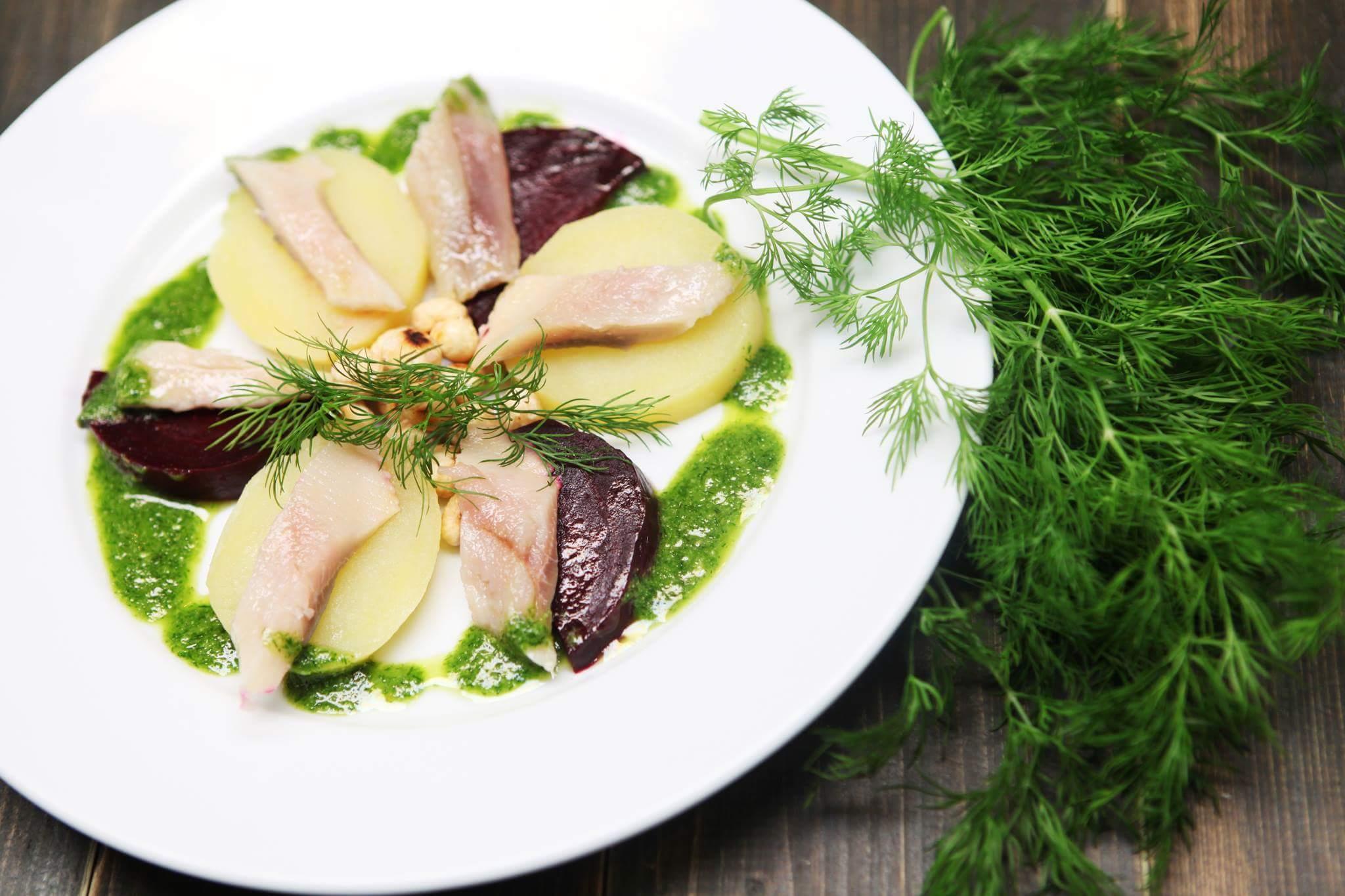 Рецепт Сельдь с картофелем, свеклой и песто из укропа