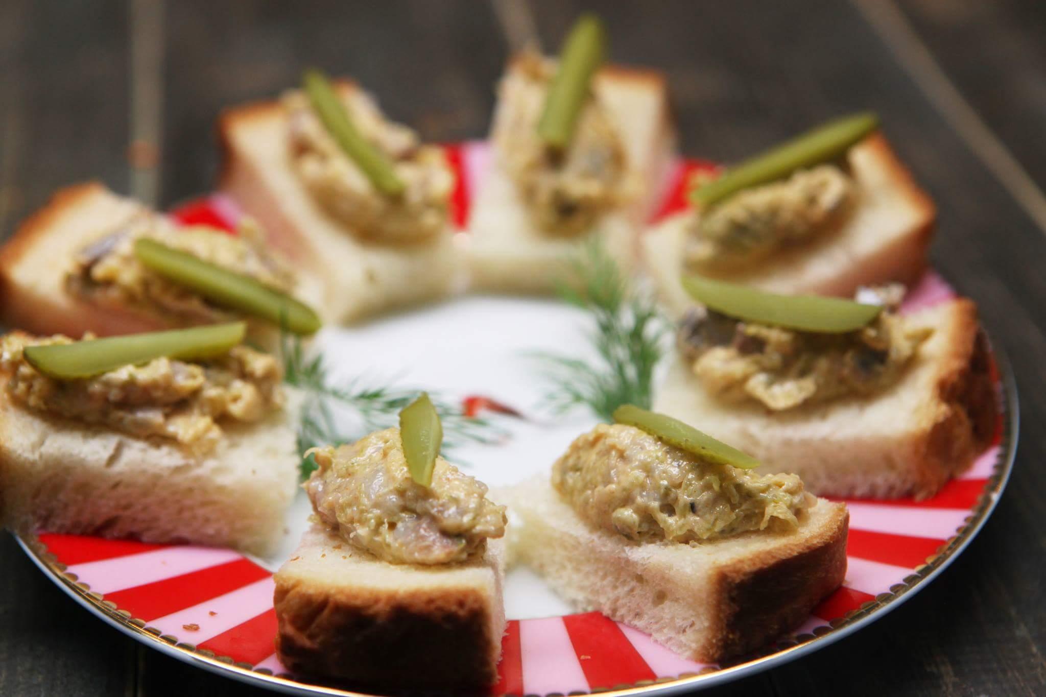 Рецепт Быстрая закуска из сельди и маринованных огурчиков