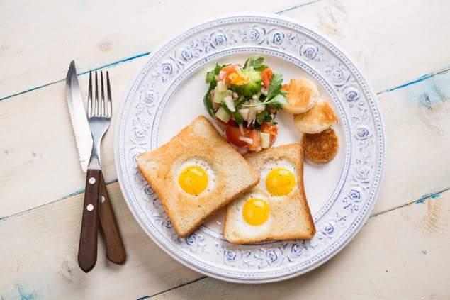 Яйца в тосте с салатом